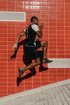 Pełny strzał wysportowany mężczyzna skacze
