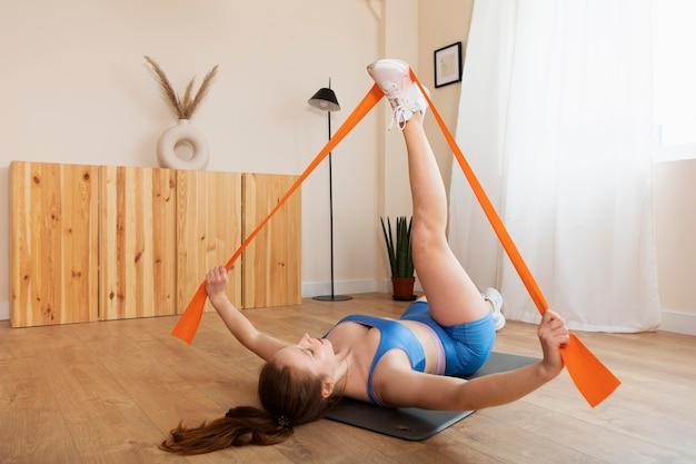 Pełny trening kobiety z elastyczną opaską