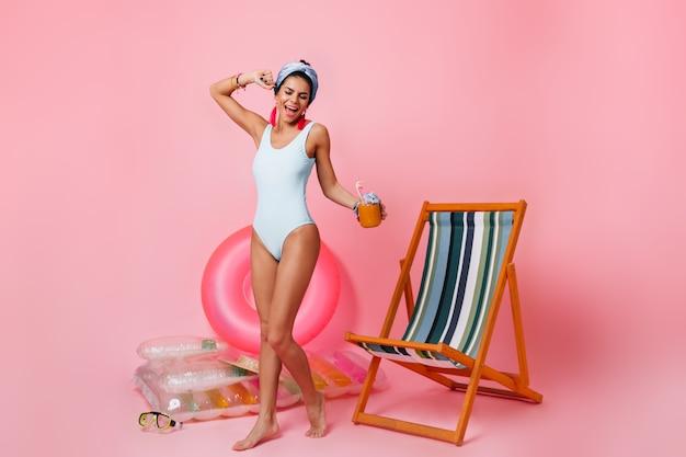 Pełny widok długości radosnej kobiety w stroju kąpielowym