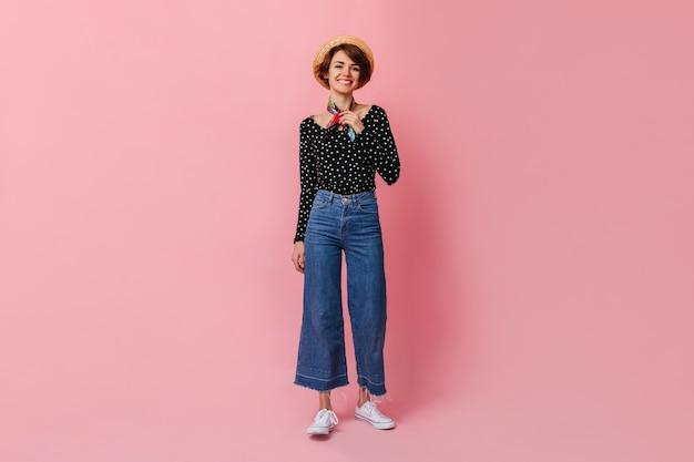 Pełny widok długości uroczej kobiety w dżinsach vintage