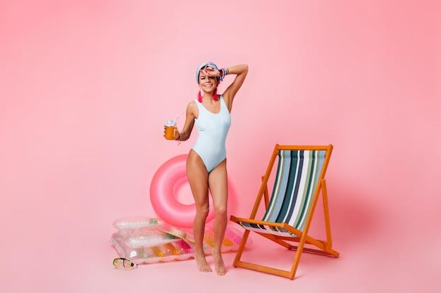 Pełny widok długości zadowolonej kobiety w stroju kąpielowym