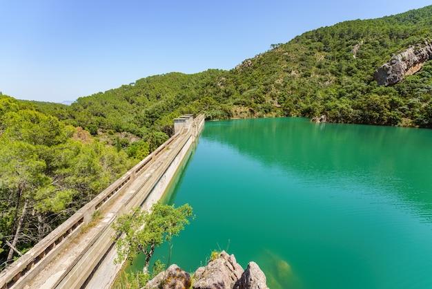 Pełny zbiornik wodny embalse de onda lub benitandus castellon hiszpania