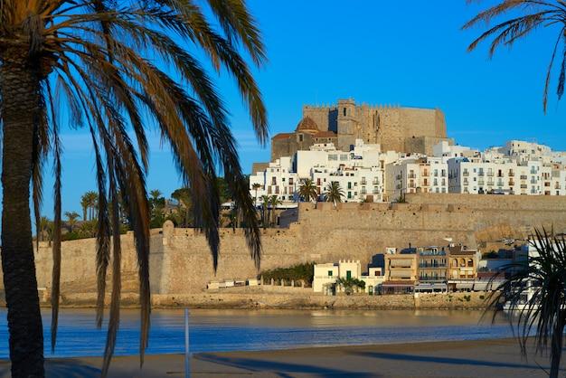 Peniscola linia horyzontu i kasztel plaża w hiszpania