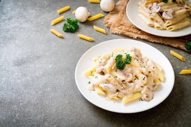Penne makaron carbonara sos śmietanowy z grzybami - włoskie jedzenie