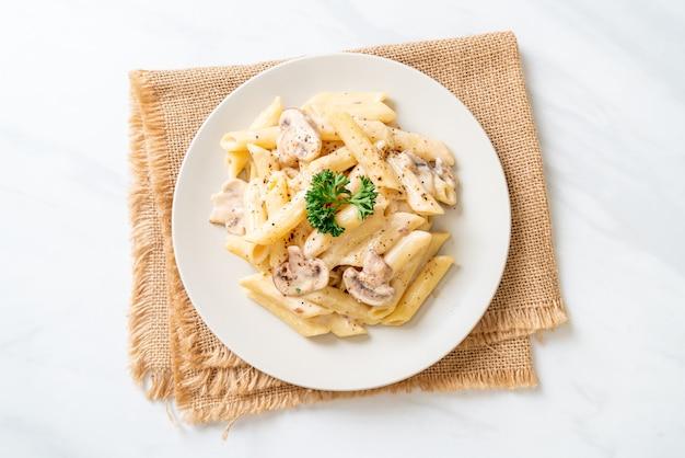 Penne pasta carbonara kremowy sos z grzybami - włoski styl