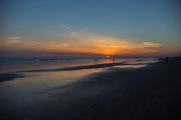 Peopple na zachodzie słońca