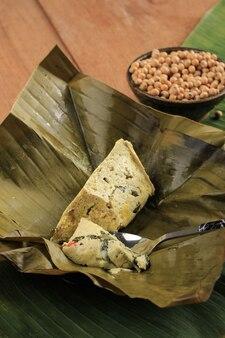 Pepes tahu to indonezyjskie tofu w przyprawach, owijane liściem bananowca i gotowane na parze, typowo indonezyjskie jedzenie z zachodniej jawy (sundanese). tofu na parze z azjatycką bazylią