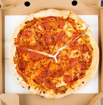Pepperoni lub diabola pizza z salami, papryczką chili i serem mozzarella w kartonowym pudełku dostawy z góry.