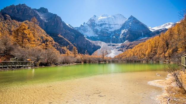 Perełkowy jezioro z śnieżną górą w yading rezerwacie przyrody, sichuan, chiny.
