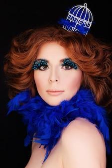 Perfect lady woman z makijażem i rudymi włosami blue bird concept