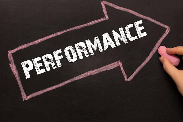 Performance - tablica ze strzałką na czarnym tle