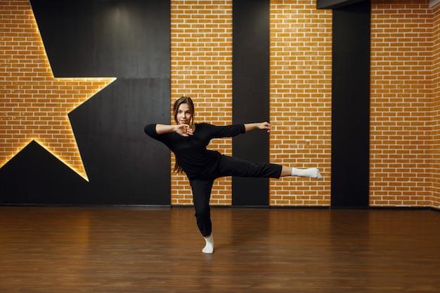 Performerka tańca współczesnego, kobieta w studio