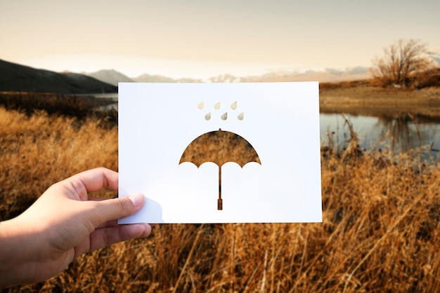 Perforowany papierowy parasol w porze deszczowej