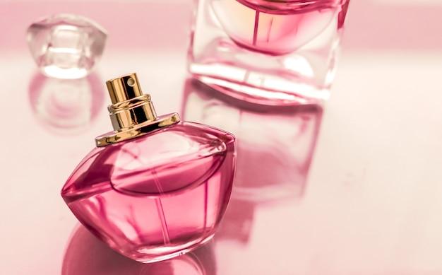 Perfumeria spa i koncepcja marki różowa butelka perfum na błyszczącym tle słodki kwiatowy zapach glamour zapach i woda perfumowana jako prezent świąteczny i luksusowy projekt kosmetyków kosmetycznych