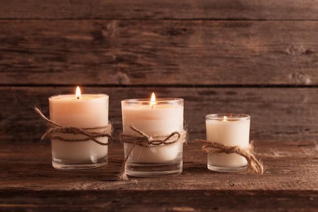 Perfumowe świeczki na starym drewnianym tle