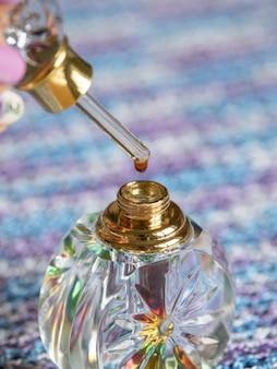 Perfumy arabskie oud attar lub olejki agarowe w kryształowej butelce.