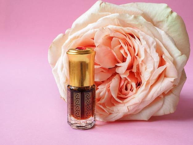 Perfumy arabskie oud attar lub olejki agarowe w mini butelce.