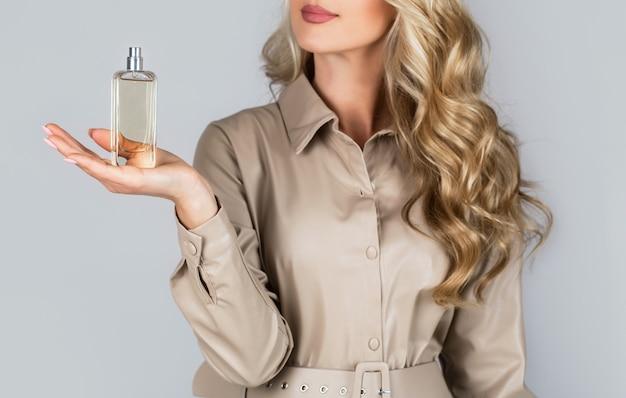 Perfumy butelka kobieta zapach w sprayu.