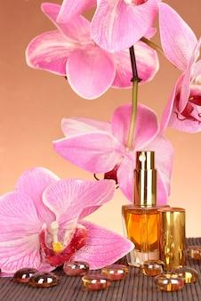 Perfumy damskie w pięknej butelce ze storczykami na brązowo