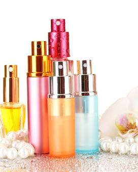 Perfumy damskie w pięknych butelkach i kwiat orchidei, na białym tle
