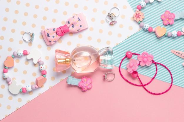 Perfumy dziecięce flat lay w kształcie cukierków i akcesoria dla dzieci