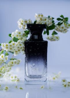 Perfumy i białe kwiaty