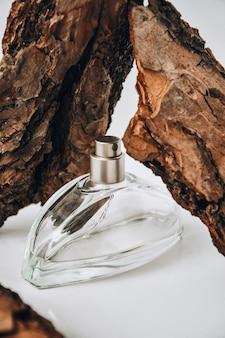 Perfumy w korze drzew z kroplami wody.