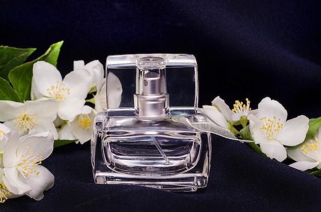 Perfumy, woda toaletowa, przezroczysta butelka z białymi kwiatami