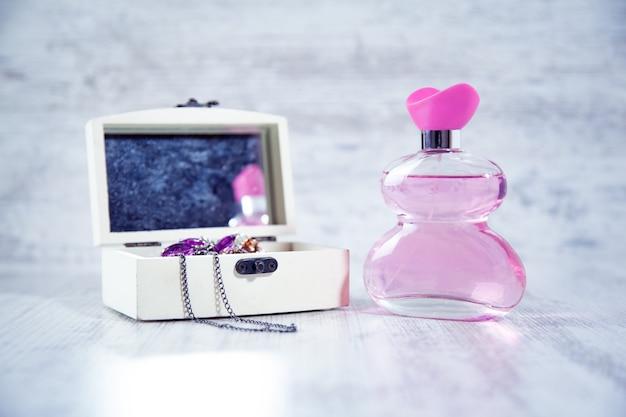 Perfumy z pudełkiem na drewnianym stole