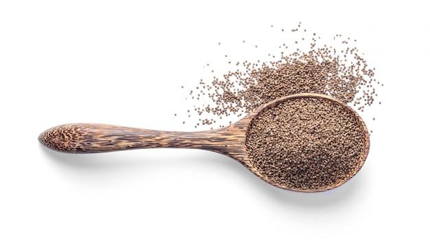 Perilla zioło nasion w łyżka drewna na białym tle