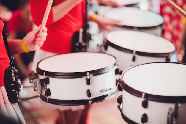 Perkusista bawi się pałeczkami na rockowym zestawie perkusyjnym