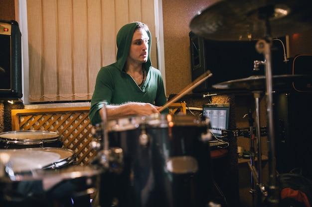Perkusista ćwiczy na perkusji w studiu nagraniowym