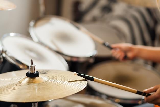 Perkusista gra na perkusji.