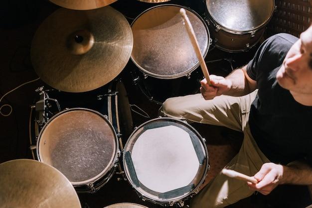 Perkusista grający na zestawie perkusyjnym widok z góry