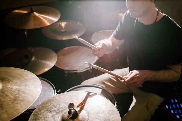 Perkusista grający na zestawie perkusyjnym