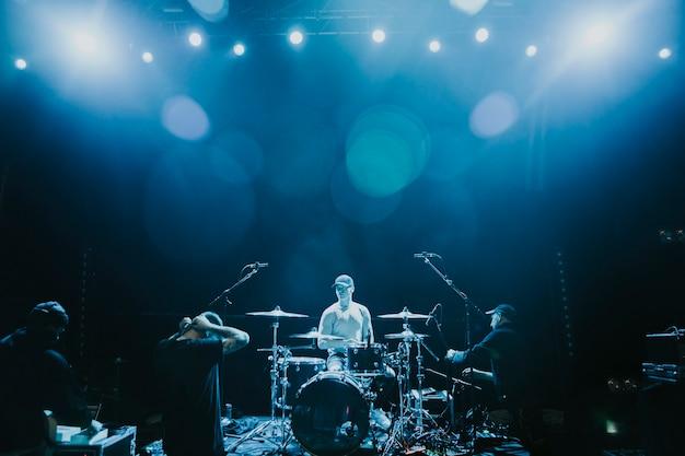 Perkusista na koncercie rockowym