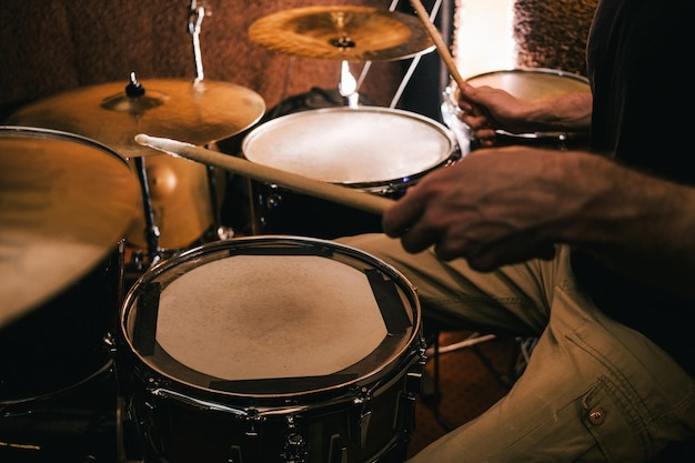 Perkusista nagrywający muzykę na perkusji