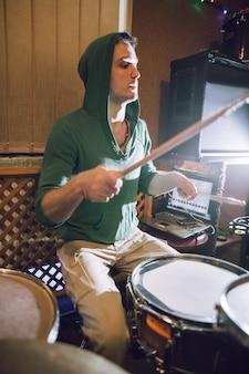 Perkusista w studiu nagraniowym grający na perkusji