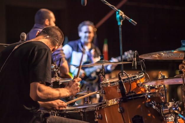 Perkusista występu na żywo na koncercie w centrum uwagi