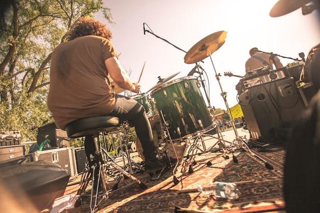 Perkusista wznowiony od tyłu podczas grania na koncercie rockowym na żywo