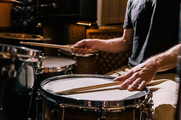 Perkusista z zbliżeniem bębnów