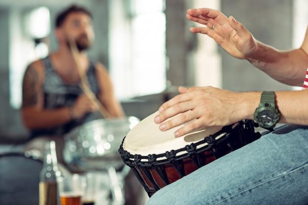Perkusista za zestawem perkusyjnym