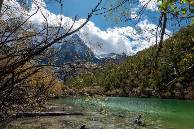 Perłowy jezioro przy yading parkiem narodowym chiny