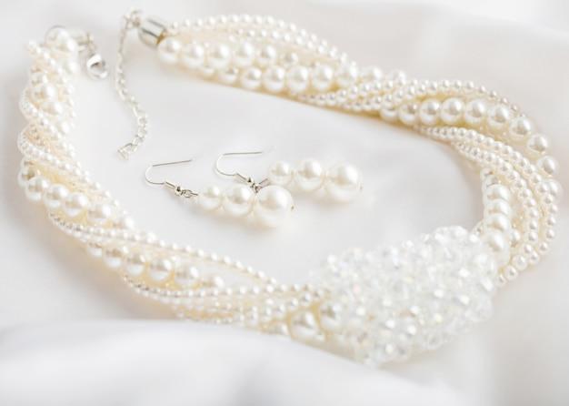 Perłowy naszyjnik na białym tle
