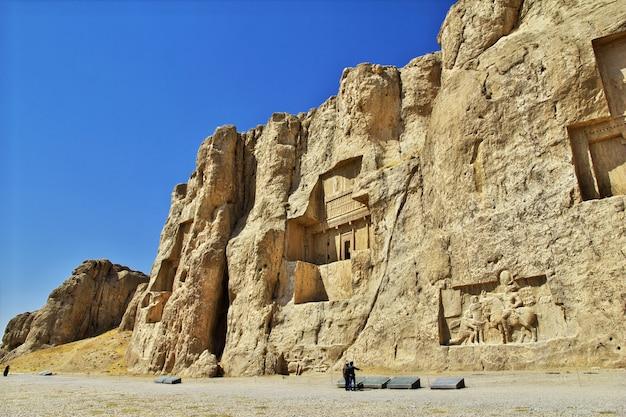 Persepolis / iran - 30 września 2012: nagsh-e rostam grób i nekropolia w persepolis, iran
