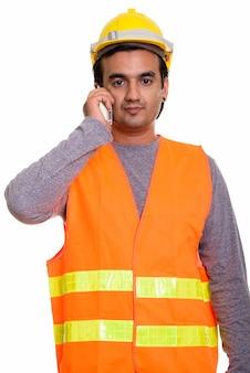 Perski mężczyzna pracownik budowlany za pomocą telefonu