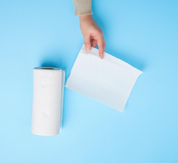 Persond trzyma czystą białą papierową serwetkę