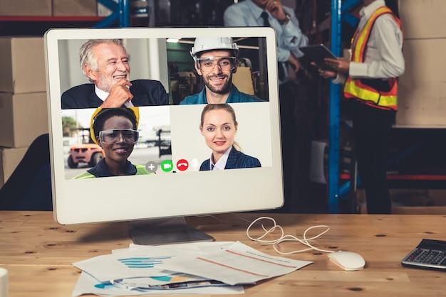 Personel magazynu rozmawia przez rozmowę wideo na ekranie komputera w magazynie