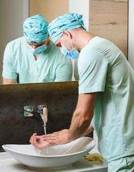 Personel medyczny myje ręce