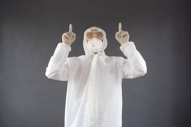 Personel medyczny noszący śoi wskazujący i patrzący w górę